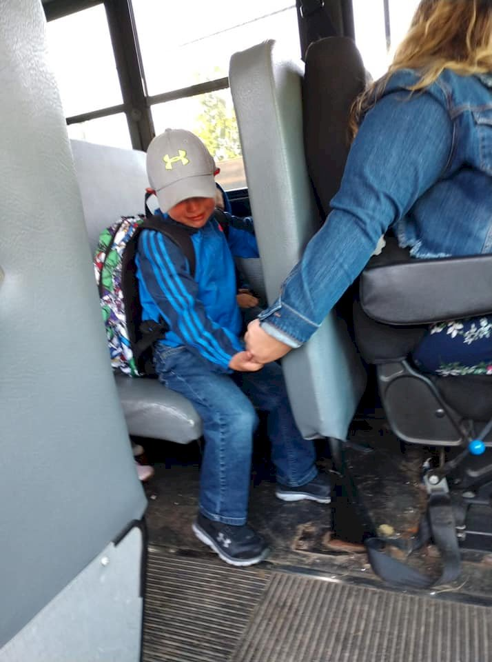Chofer transporte escolar niño.