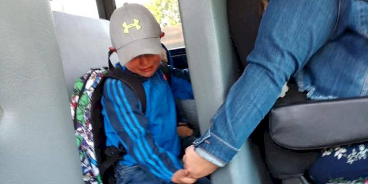 Chofer de transporte escolar consuela a niño de kínder en su primer día de clases y se vuelve viral