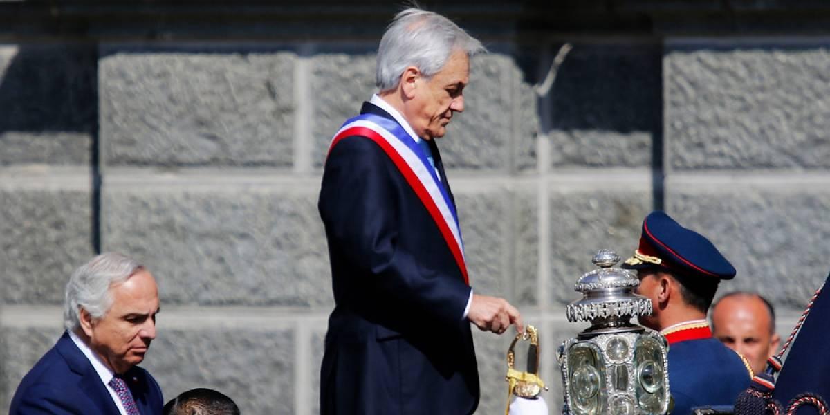 Se puso de pie rápidamente: el singular percance de Piñera en el carruaje presidencial en pleno traslado al Te Deum