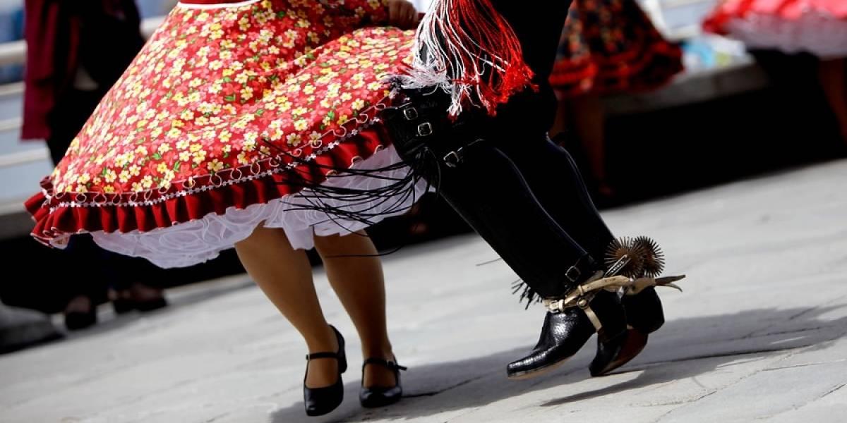 Joven haitiano es premiado por su aporte a la cueca: le enseña el baile nacional a otros inmigrantes