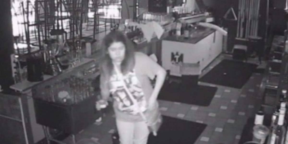 Mujer se queda encerrada en bar y sigue bebiendo