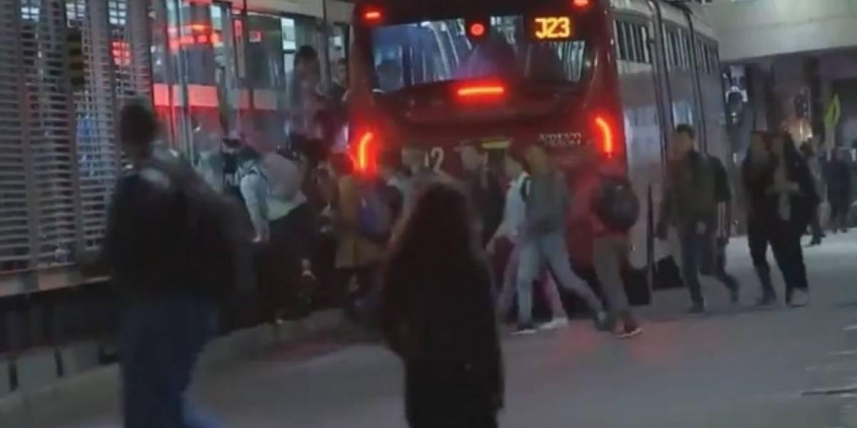 """¿Qué tal esto? Hacen fila para colarse en TransMilenio """"organizadamente"""""""