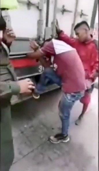 Hombre quedó con una mano aplastada por las compuertas de un camión cuando intentó colgarse del vehículo