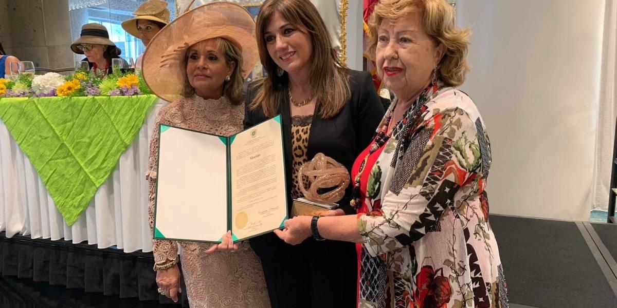 Ada Monzón recibe homenaje del Club Cívico de Damas