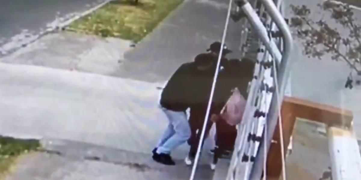 Quito: Captan robo a mano armada a dos adolescentes en el barrio Granda Centeno