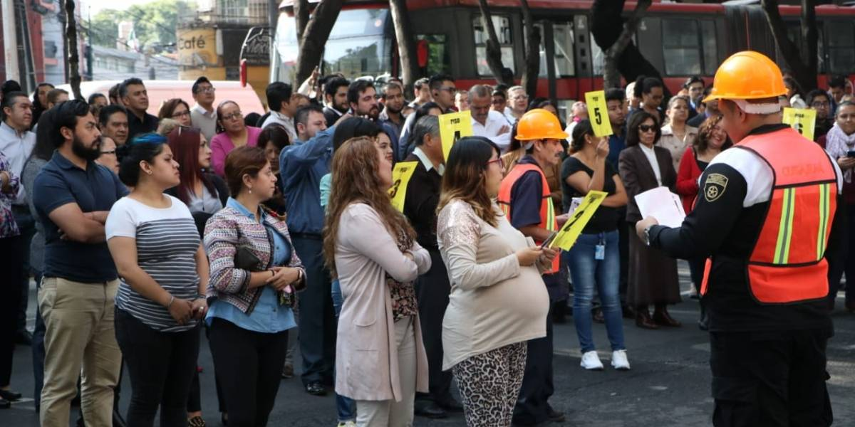 FOTOS: Capitalinos participan en mega simulacro por sismos de 1985 y 2017