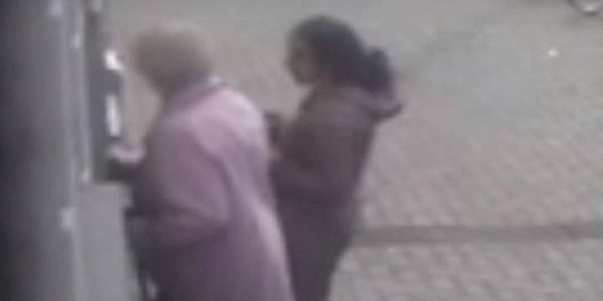 Anciana se defiende a golpes de ladrona que quiso robarla en un cajero automático