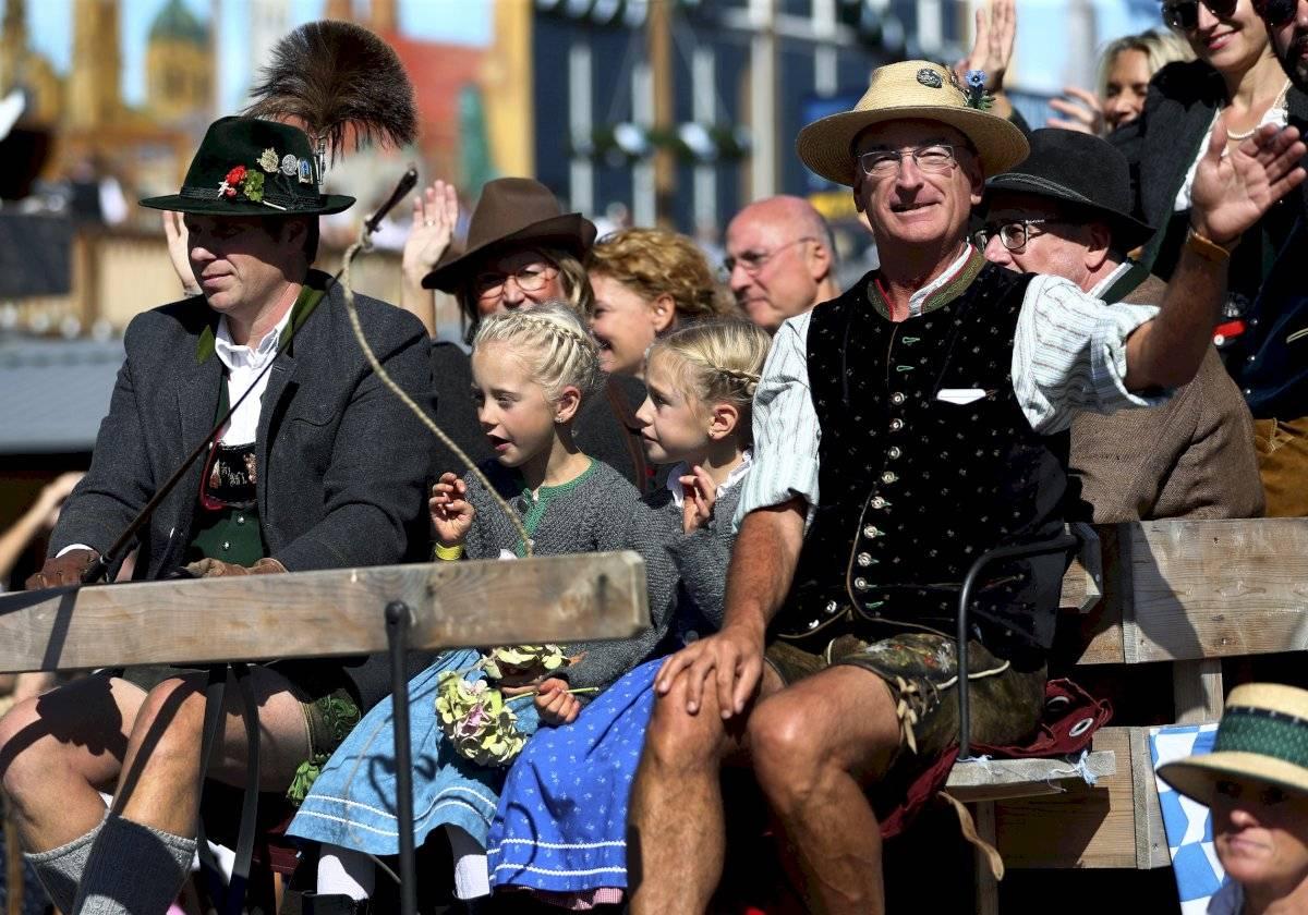 Foto: Gente con vestimenta tradicional desfila en la inauguración de la 186ta Oktoberfest, Munich, Alemania, sábado 21 de septiembre de 2019. AP/Matthias Schrader