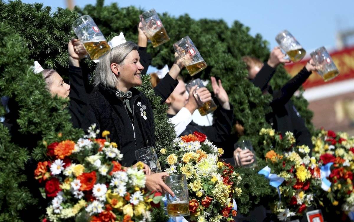 Foto: Gente con vestimenta tradicional alza sus jarras de cerveza en la inauguración de la 186ta Oktoberfest, Munich, Alemania, sábado 21 de septiembre de 2019. AP/Matthias Schrader