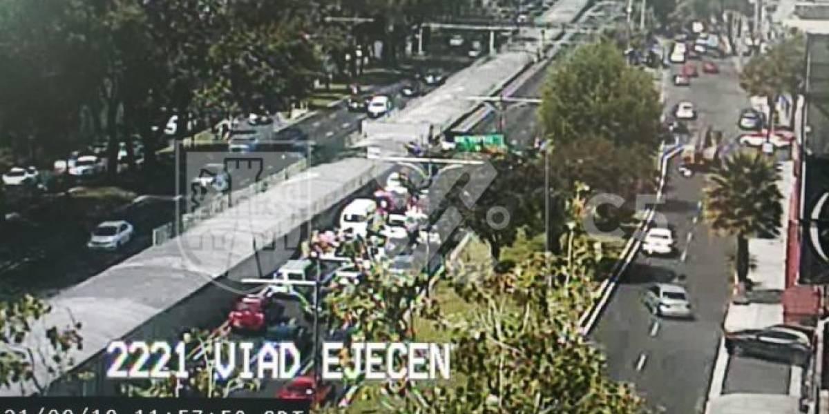 Continúa cierre de circulación en Viaducto por retiro de espectacular