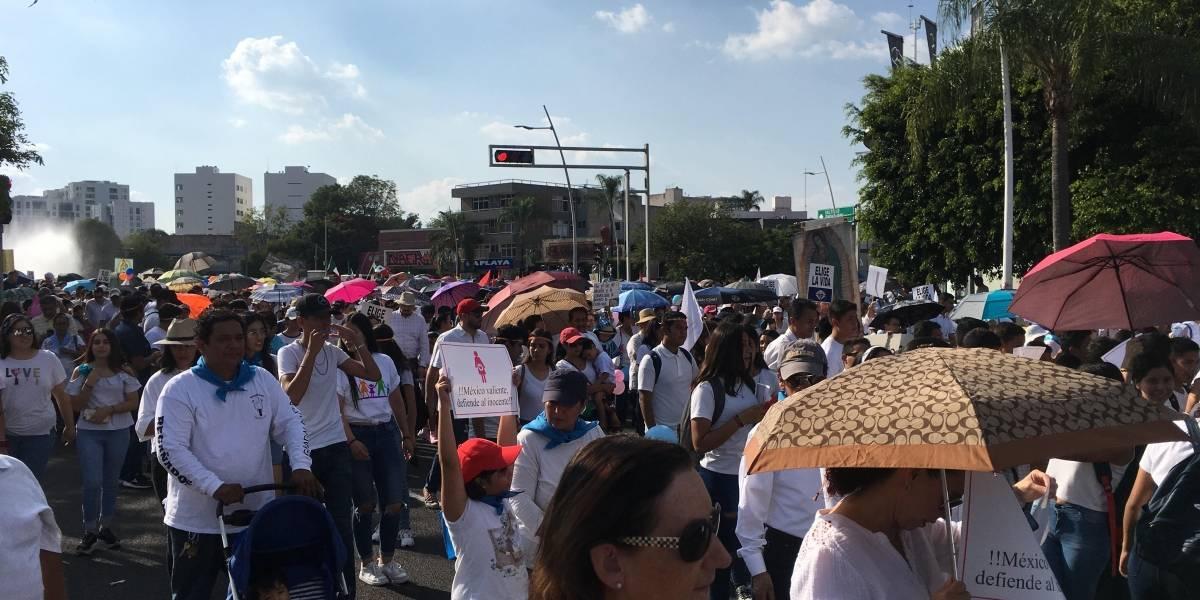 Grupos pro y contra el aborto se confrontan durante movilización en Guadalajara