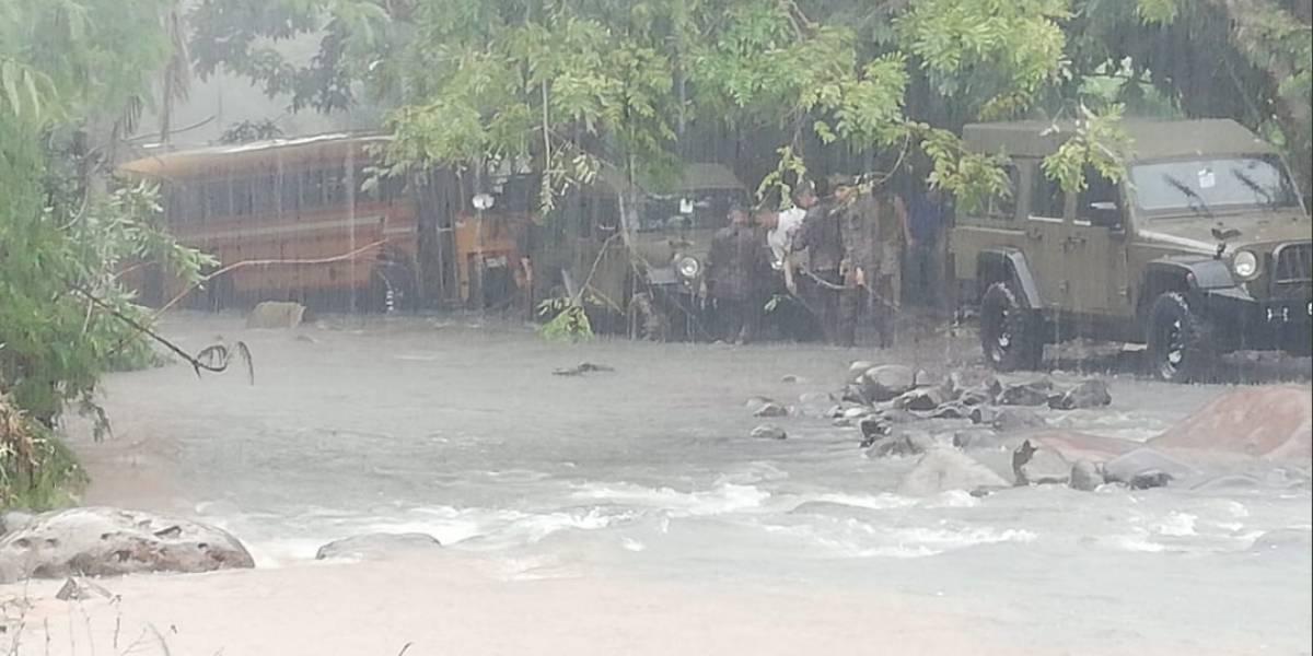 Rescatan a 41 turistas salvadoreños de autobús arrastrado por río en Jutiapa