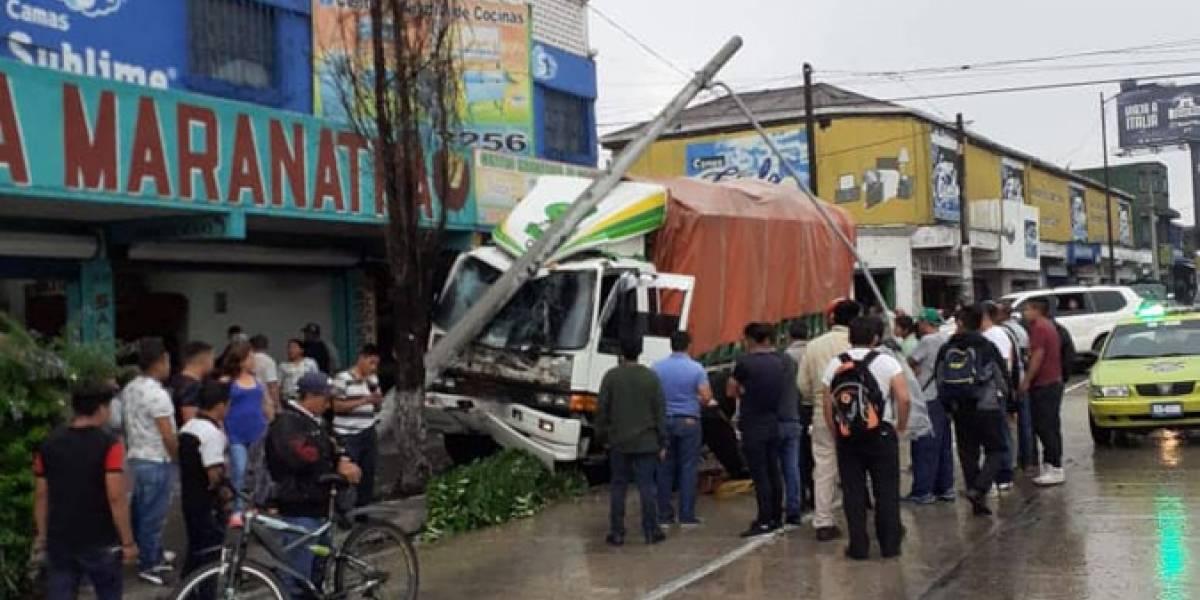 Camión se empotra en la Avenida Bolívar; tripulantes quedan atrapados en la cabina