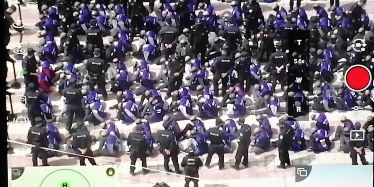 """China: Se revelaron imágenes de prisioneros chinos de campos de """"adoctrinamiento"""" con los ojos vendados y encadenados"""
