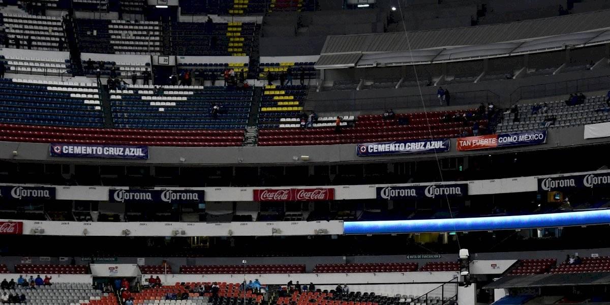 Afición de Cruz Azul abandona al equipo en el Azteca