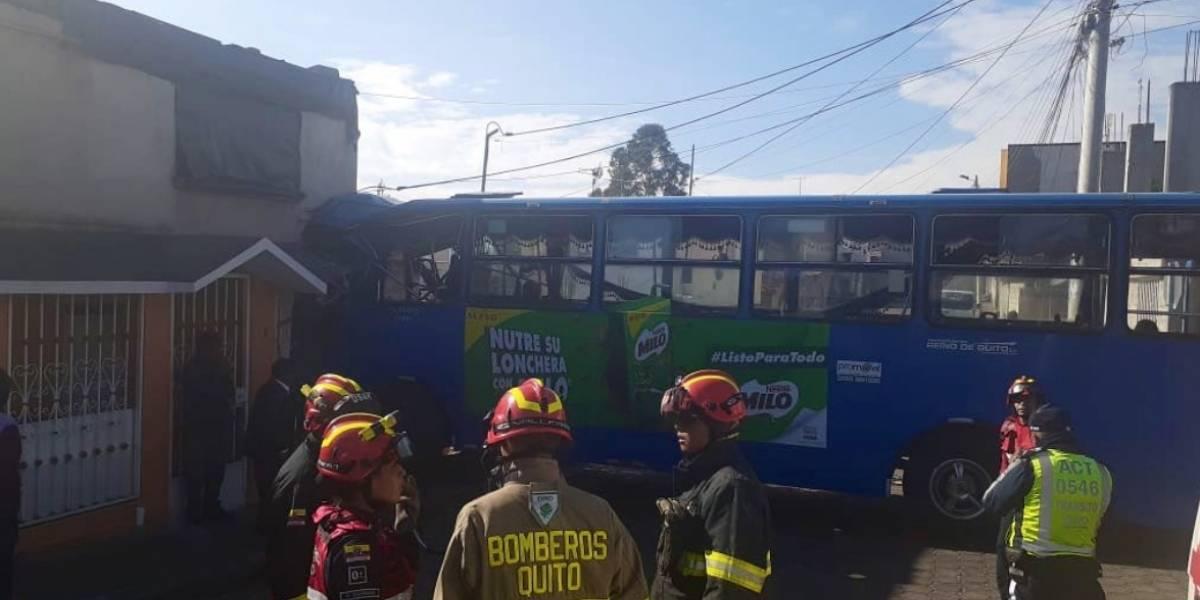 Quito: Bus de transporte público chocó contra vivienda y una persona falleció en el sector de Campiña de El Inca