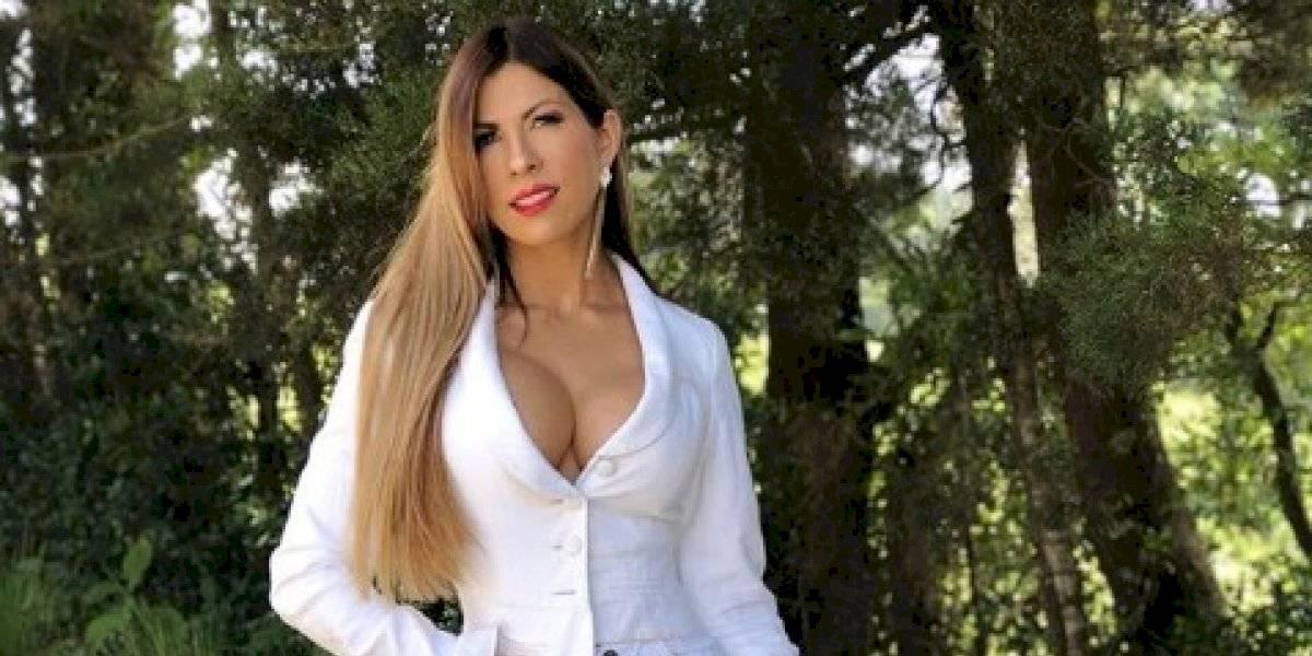 La cantante guatemalteca Cynthia Arana y su mojado atuendo que no deja nada la imaginación