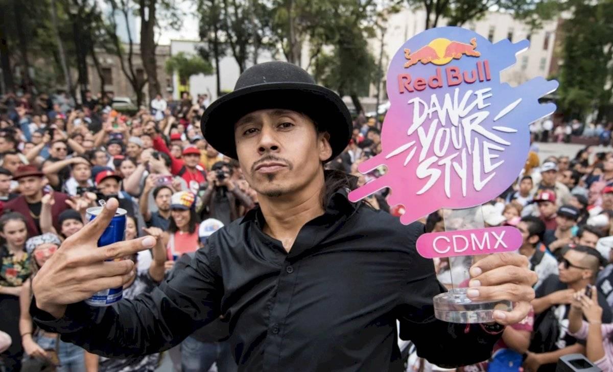 /El ganador de la competencia portando su trofeo Cortesía Red Bulll/