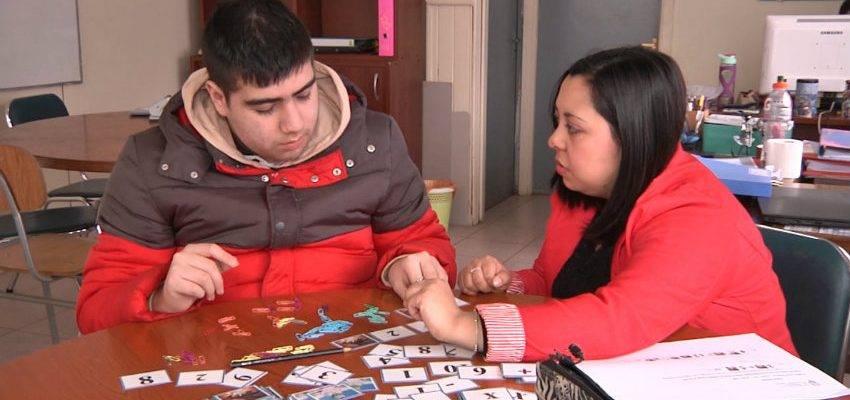 Docente chilena nos explica su sistema para enseñar matemáticas con tarjetas de Dragon Ball