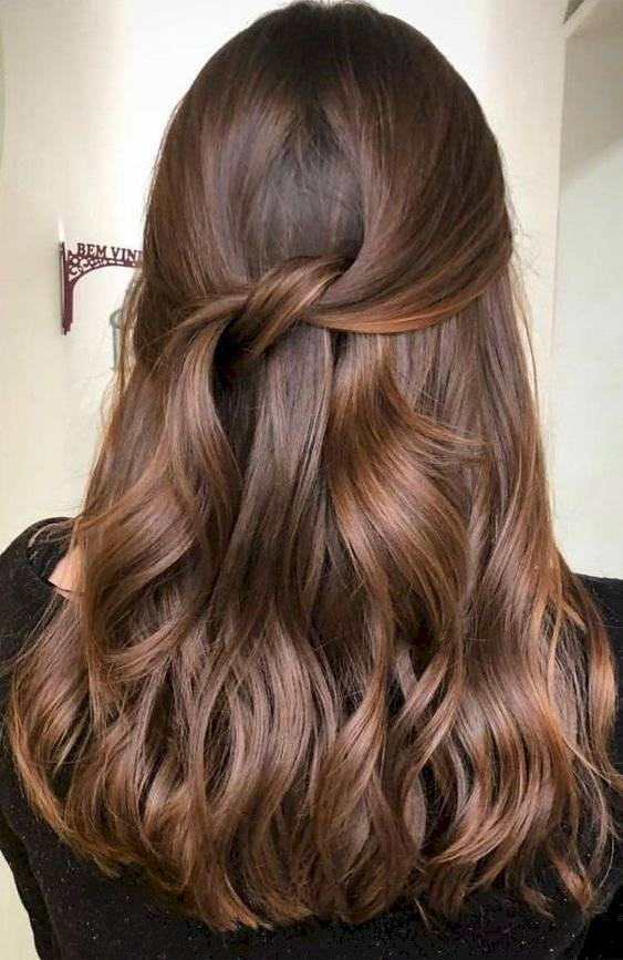 Pelo color chocolate con mechas caramelo