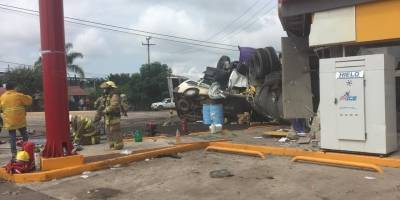 Tráiler que transportaba ácido nítrico se estrelló contra tienda en Jalisco