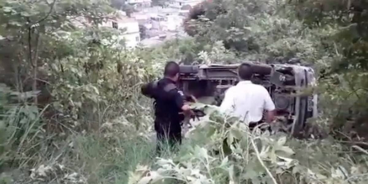 VIDEO. Bus escolar cae a un barranco en la antigua ruta a Amatitlán