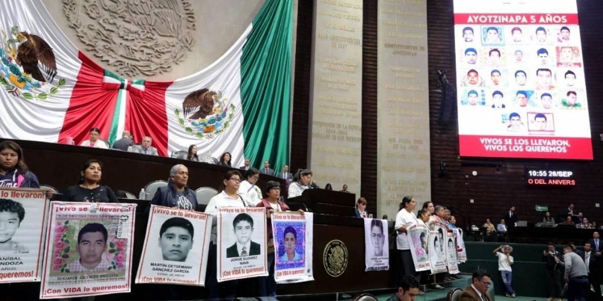 Padres de los 43 de Ayotzinapa toman la tribuna de San Lázaro