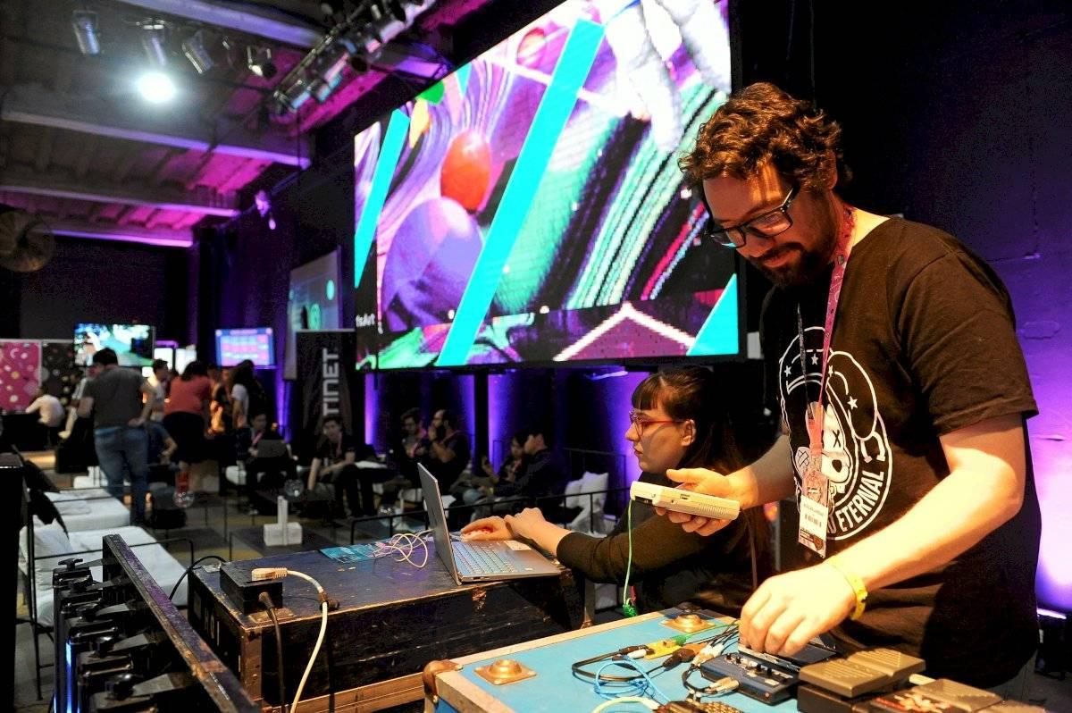 Personas se reúnen en Buenos Aires para asistir a conferencias sobre hackeo, robots... Efe