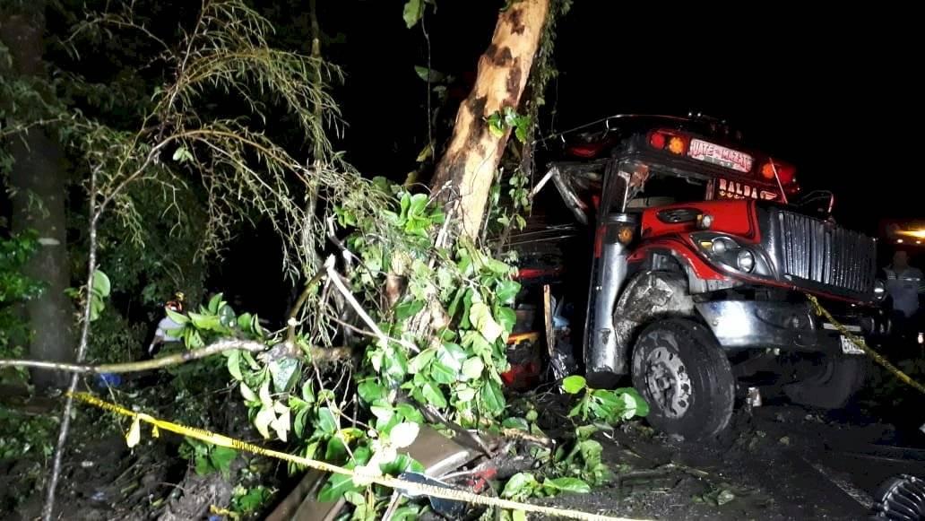 Bus de Transportes Esmeralda se accidenta en Siquinalá. Foto: Bomberos Voluntarios