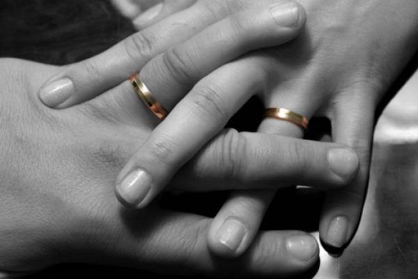 El colmo: matrimonio pasó la luna de miel en calabozo tras agredir a oficial del Registro Civil