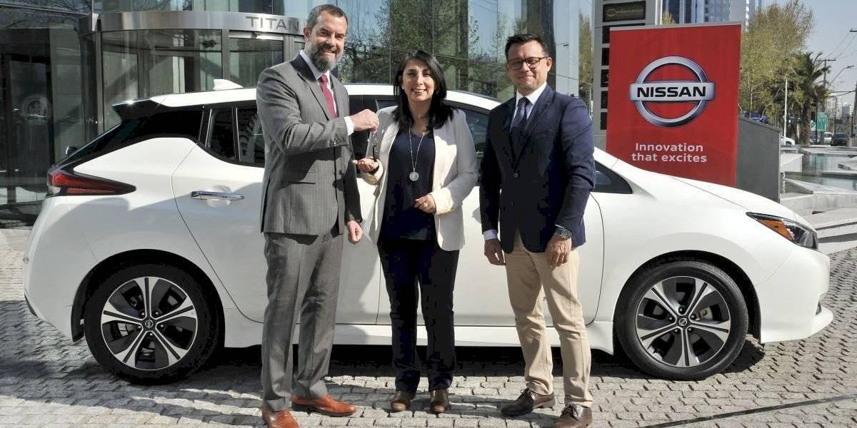 Nissan entrega un Leaf a la Intendencia Metropolitana