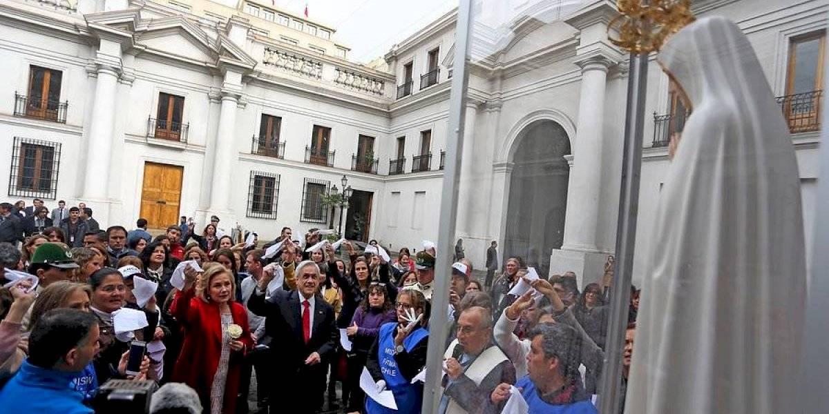 """Para unir a los chilenos: Piñera recibió figura de la Virgen de Fátima y le pidió que """"pacifique el corazón de los violentos"""""""