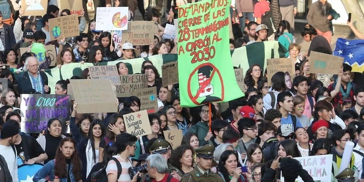 Fridays For Future convocó a miles en Santiago: Encapuchados agredieron a equipos de prensa