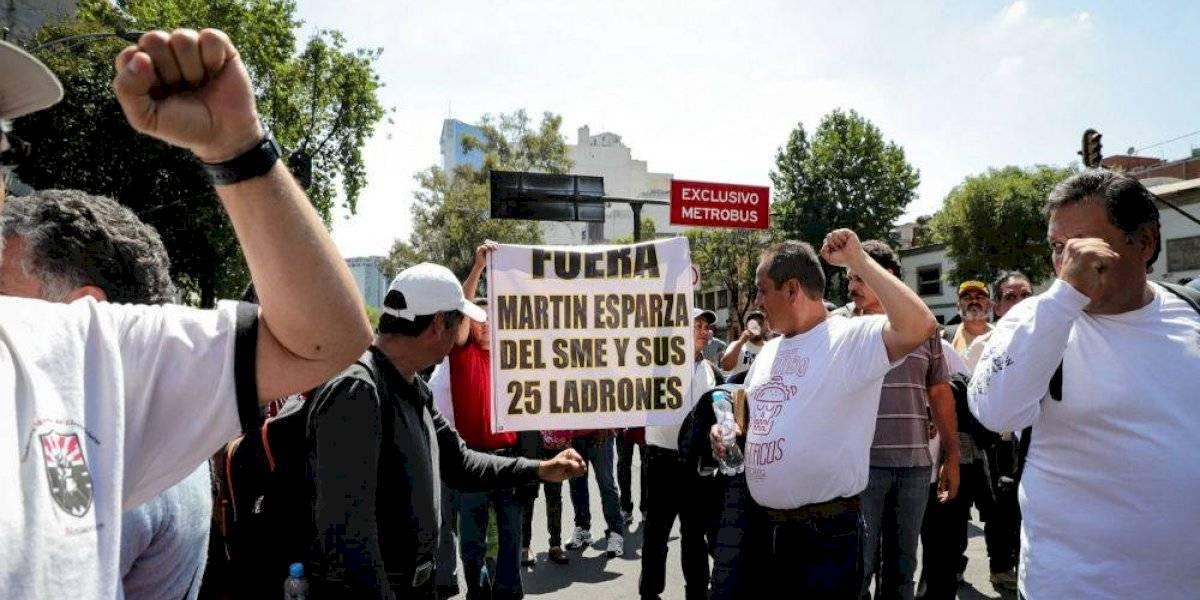 Integrantes del Sindicato Mexicano de Electricistas se enfrentan en Insurgentes