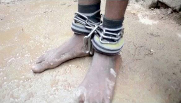 Los niños usaban grilletes en sus tobillos