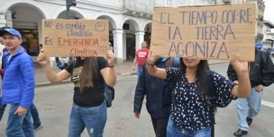 """Fridays For Future: Ecuatorianos reclaman que """"hay más plástico que sentido común"""" en la Tierra"""