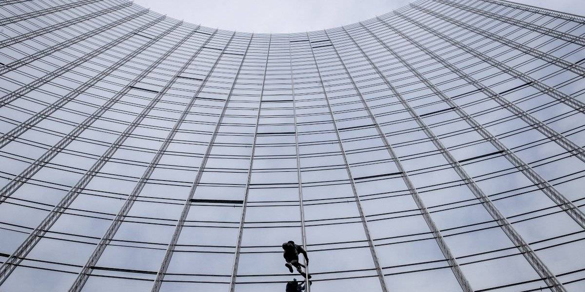 """""""Spiderman"""" francés escala otro rascacielos en Alemania"""