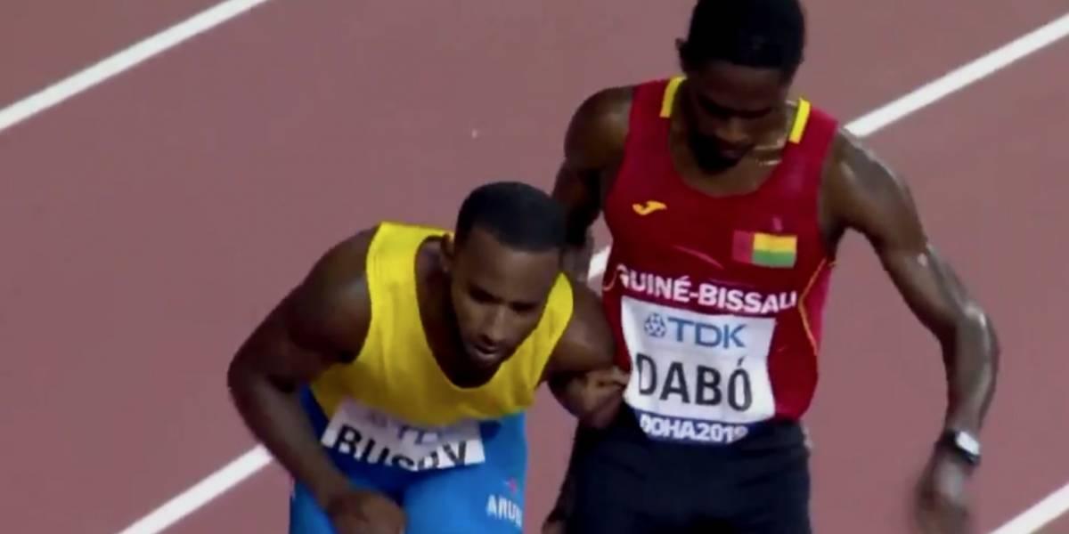 VIDEO: Atleta se detiene en carrera para ayudar a compañero a cruzar la meta