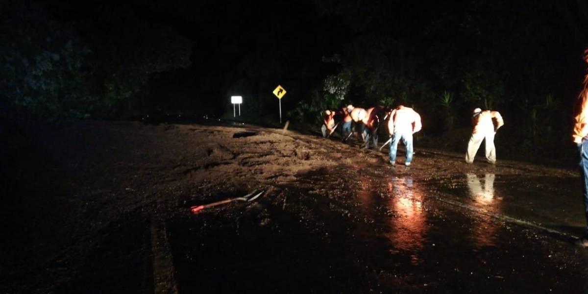 Derrumbe en la bajada de Las Cañas afecta tránsito de vehículos