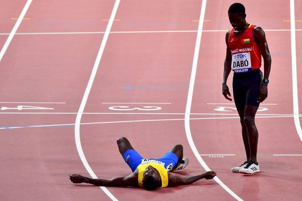 Jonathan Busby estuvo cerca de desvanecerse durante los 5000 metros planos
