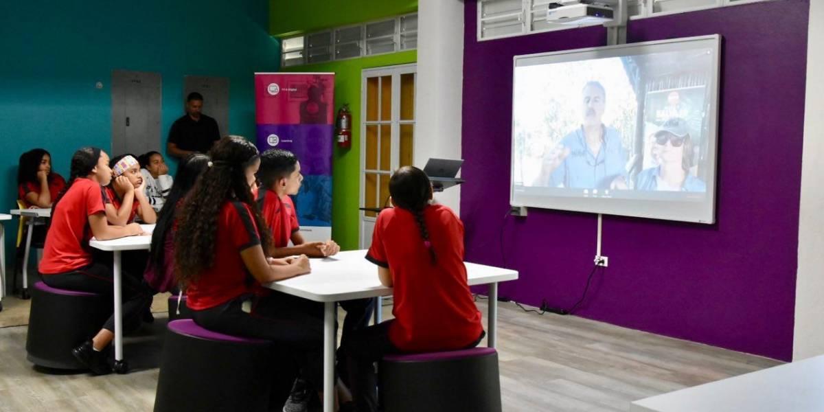 Miles de estudiantes participan de primera clase en directo desde África
