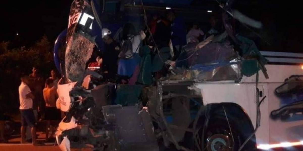 Varias personas heridas dejó grave accidente entre bus y un camión
