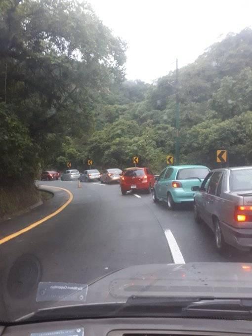 Tránsito lento en la bajada de Las Cañas. Foto: Bomberos Voluntarios