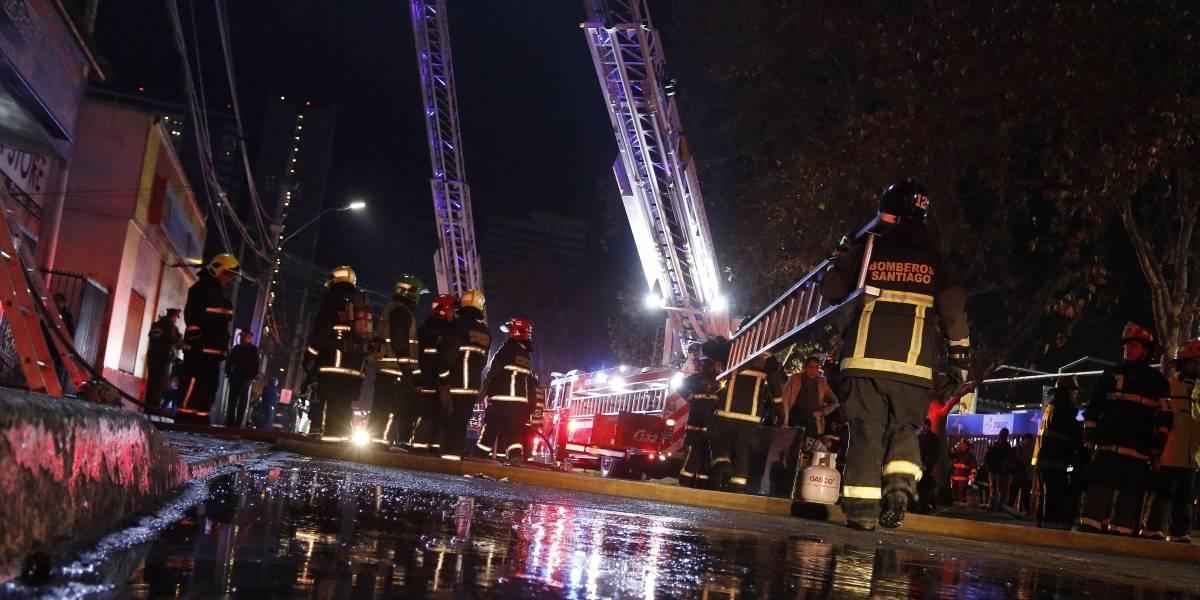 Incendio destruyó cinco locales comerciales en la comuna de Peñalolén