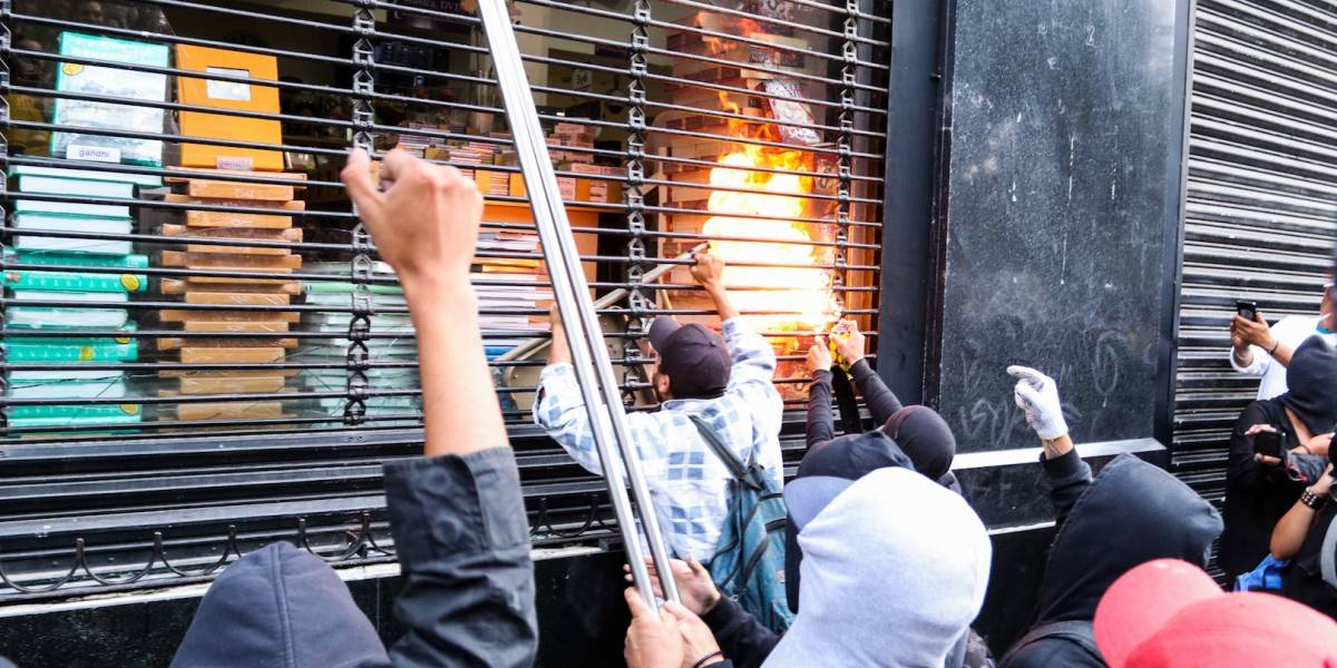 Identifican a sospechosos de vandalismo en marcha por caso Ayotzinapa