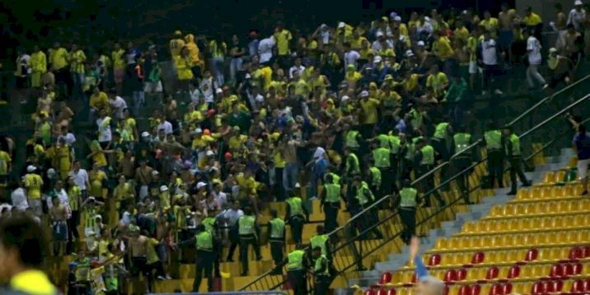 VIDEO: Muere aficionado tras caer desde una tribuna de un estadio