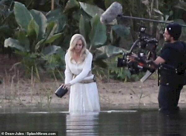 """Si filtra imágenes del rodaje de Angelina Jolie con """"Los Eternos"""" Internet"""