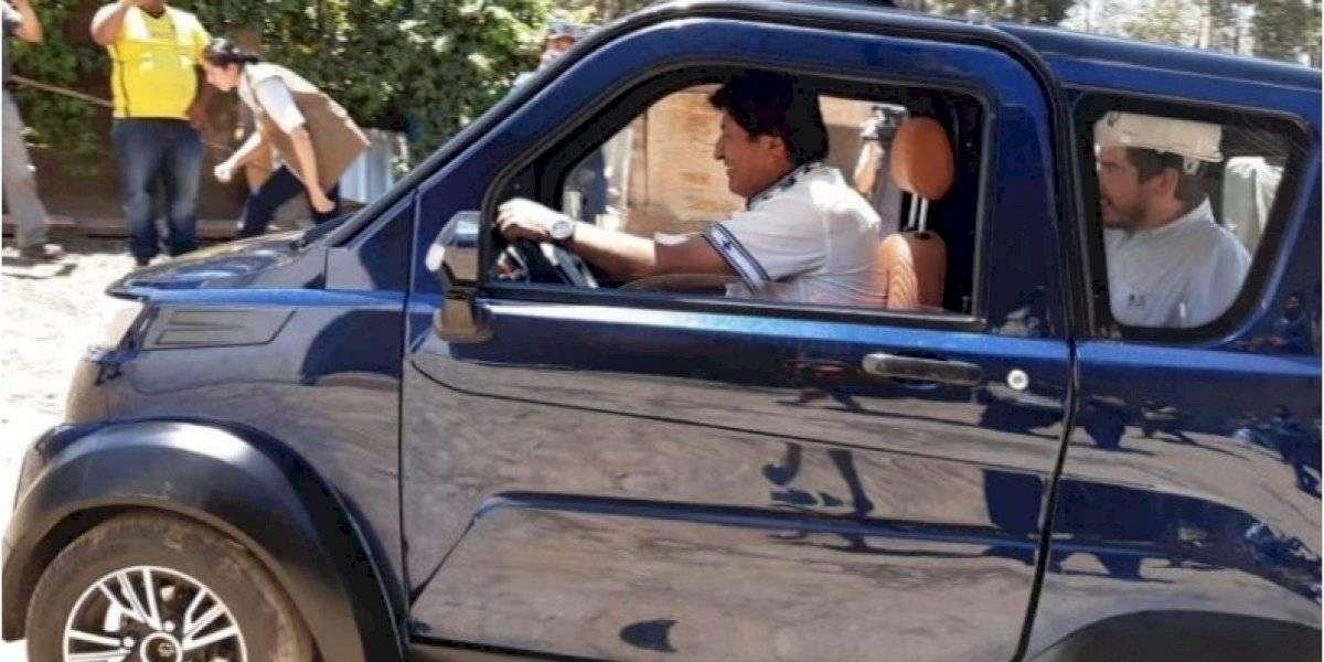 Evo Morales a lo Fittipaldi peló forros en el auto eléctrico fabricado en Bolivia