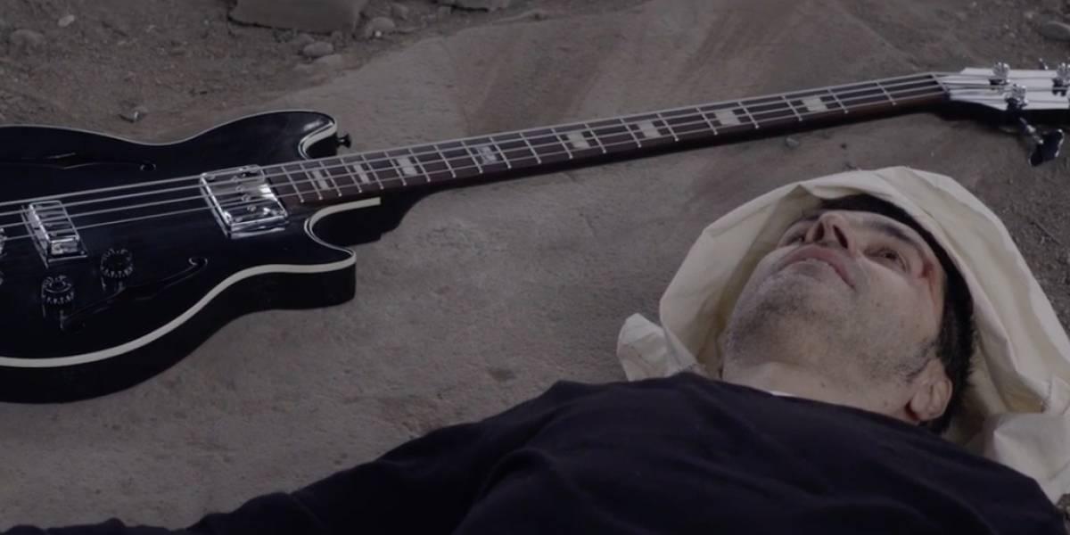 """Bajista de Lucybell sorprende con electrónica versión de """"No necesitamos banderas"""" de Los Prisioneros"""