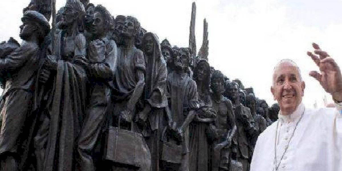 El Papa presenta escultura de migrantes
